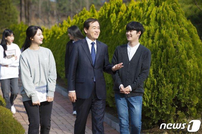 이광섭 총장이 학생들과 이야기를 나누고 있다. © 뉴스1