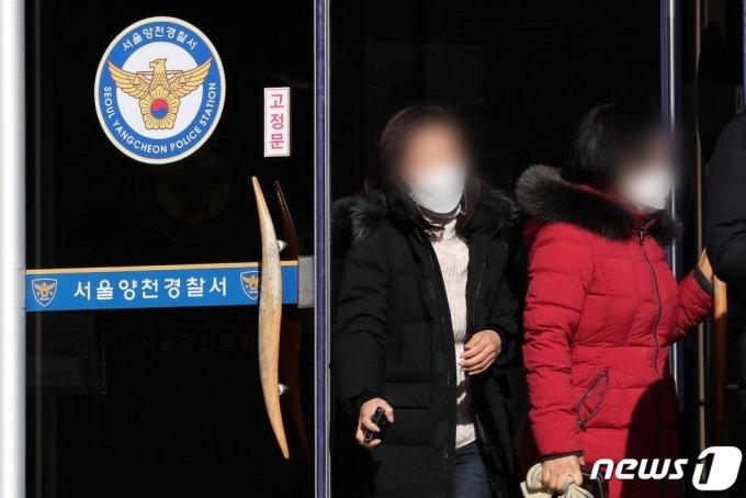 (서울=뉴스1) 이동해 기자 = 양부모의 지속적인 학대로 숨진 16개월 영아 정인(가명)양에 대한 초동 대처에 문제가 있었던 양천경찰서 홈페이지에 비판 게시물이 쏟아지고 있다.  서울 양천경찰서는 지난해 5월, 6월, 9월 무려 세 차례나 학대의심 신고를 접수했지만 학대 증거를 찾지 못했다는 이유로 사건을 내사 종결하거나 검찰에 불기소 의견을 달아 송치한 바 있다. 이에 실명인증 등 복잡한 절차를 거쳐야 글을 쓸 수 있는 양천서 홈페이지 '칭찬합시다' 게시판에 지난 5일 하루에만 500여개 비판 게시물이 올라왔다.  6일 서울 양천구 양천경찰서에서 시민들이 오가고 있다. 2020.1.6/뉴스1