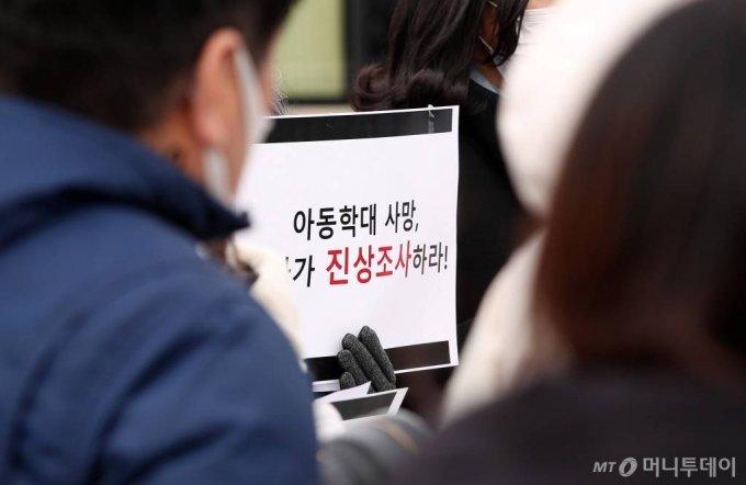 탁틴내일, 한국미혼모지원네트워크 등 아동인권단체 회원들이 11일 서울 여의도 국회의사당 정문 앞에서 '아동의 죽음, 보건복지부장관과 경찰청장에게 묻는다' 기자회견을 하고 있다. / 사진=김휘선 기자 hwijpg@