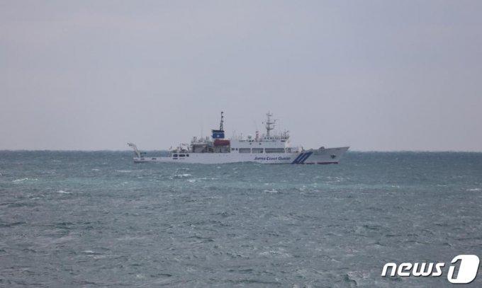 지난 11일부터 제주 남쪽 해상에 일본 해상보안청 측량선 쇼요(昭洋)가 해양 조사를 진행하면서 한국 해경 함정과 40시간 가까운 대치가 이어지고 있다. 해당 수역은 1999년 '신한일어업협정'을 통해 설정된 한일 중간수역인 것으로 알려졌다.  사진은 12일 제주 남쪽 해상에서 해경과 대치 중인 측량선 쇼요(昭洋).(제주지방해양경찰청 제공)2021.1.12./사진=뉴스1
