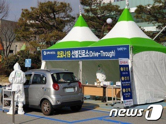 경남 김해의 한 대학교에 코로나19 확진자가 발생했다. 사진은 김해시 보건소 드라이브스루 진료소. © 뉴스1
