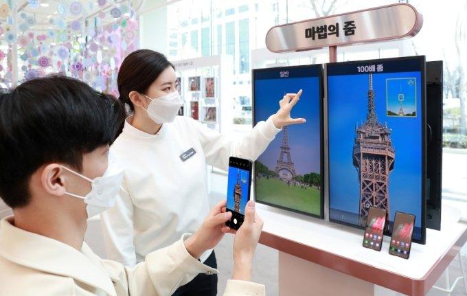 서울 강남구 삼성 디지털프라자 삼성대치점에서 갤럭시 팬큐레이터가 소비자에게 '갤럭시S21 울트라'의 '100배 스페이스 줌' 기능을 안내하고 있다. /사진=삼성전자