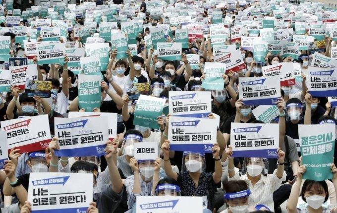 지난해 8월 집단휴진에 나선 대한전공의협의회가 서울 여의도 공원에서 집회를 열고 의대 정원 확대, 공공의대 설립 반대 등을 촉구하는 침묵 시위를 하고 있다. / 사진=뉴시스