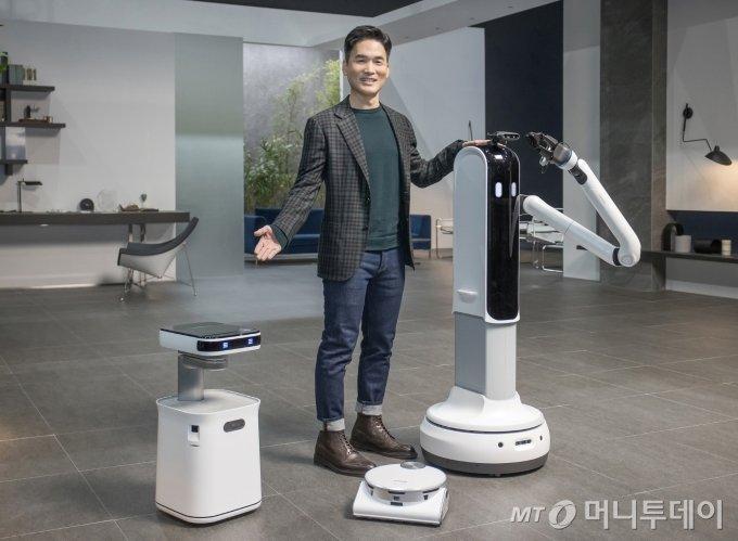 지난 11일 세계적인 AI 석학 승현준 삼성리서치 소장(사장)이 `모두를 위한 더 나은 일상`(Better Normal for All)을 주제로 '홈(Home)' 삼성의 혁신 제품과 AI·IoT 기반 서비스를 소개하고 있다./ 사진제공=삼성전자