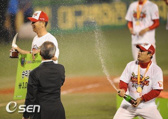 2010년 한국시리즈 우승 후 김성근 감독(왼쪽)에게 샴페인을 뿌리고 있는 이호준.