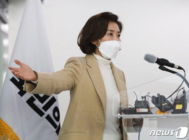 서울시장 출마를 선언한 나경원 전 의원이 17일 오후 서울 여의도 국민의힘 중앙당사에서 정책공약을 발표하고 있다. /사진=뉴스1