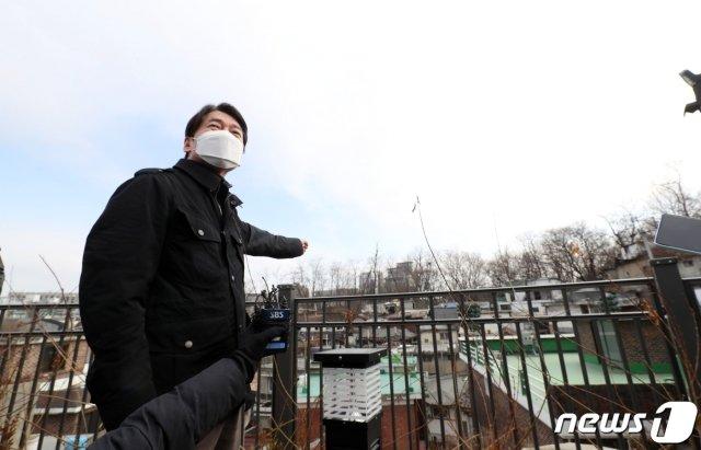 안철수 국민의당 대표가 17일 오후 서울 종로구 사직2구역 재개발지역을 방문해 주민들의 애로사항을 듣고 있다./사진=뉴스1