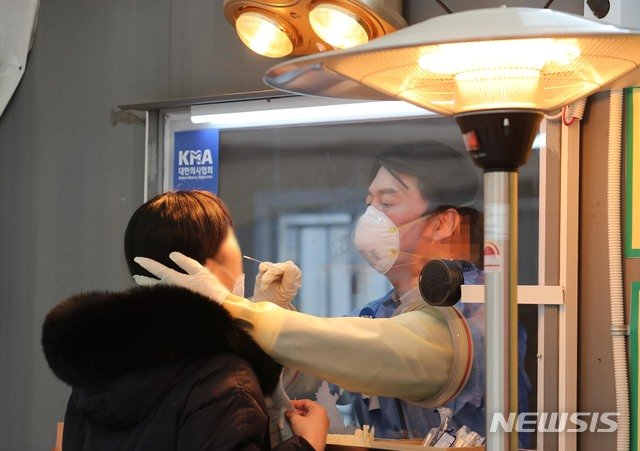 안철수 국민의당 대표가 이달 15일 서울 중구 서울광장에 마련된 임시 선별검사소에서 검체를 채취하는 의료자원봉사를 하고 있다.  / 사진제공=뉴시스