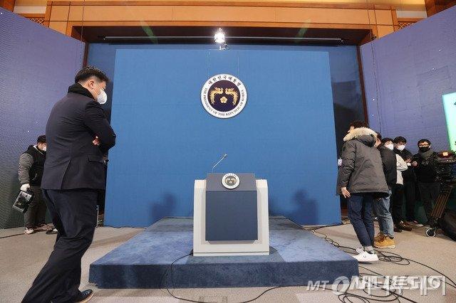 [서울=뉴시스]추상철 기자 =청와대 관계자들이 15일 청와대 춘추관에서 문재인 대통령의 2021 신년 기자회견을 준비하고 있다. 오는 18일 열리는 이번 신년 기자회견은 온오프방식으로 진행된다. 2021.01.15. scchoo@newsis.com