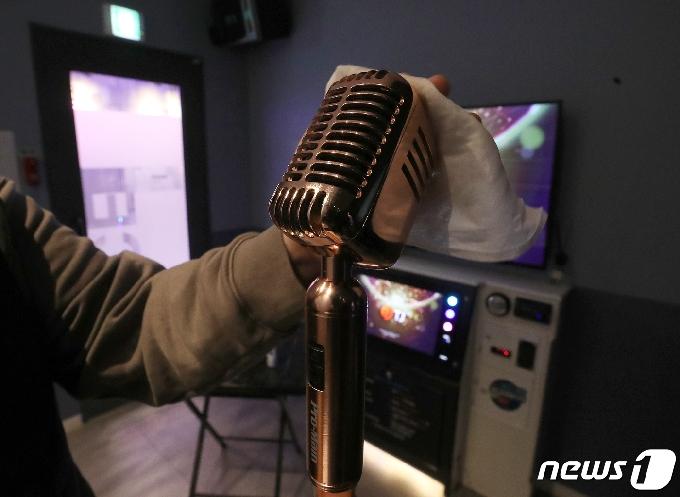 [사진] 영업 재개 준비하는 코인노래방