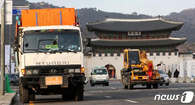 [사진] 광화문광장 비상 대기중인 제설차량