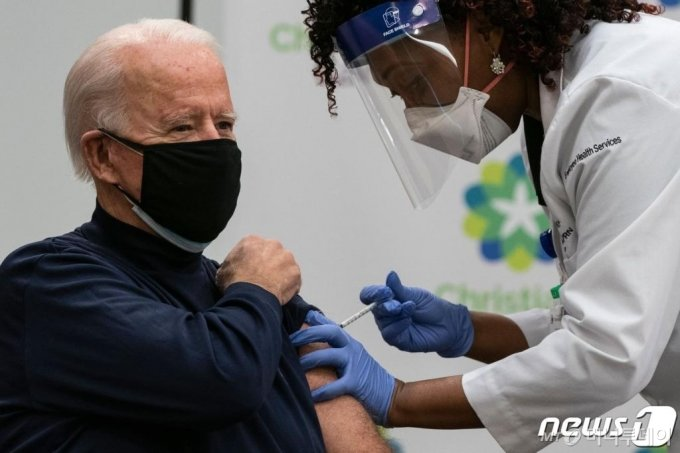 (뉴왁 AFP=뉴스1) 우동명 기자 = 조 바이든 미국 대통령 당선인이 21일(현지시간) 델라웨어주 뉴왁의 크리스티아나 케어에서 화이자-바이오앤테크가 공동 개발한 신종 코로나19 백신을 접종받고 있다.  ⓒ AFP=뉴스1