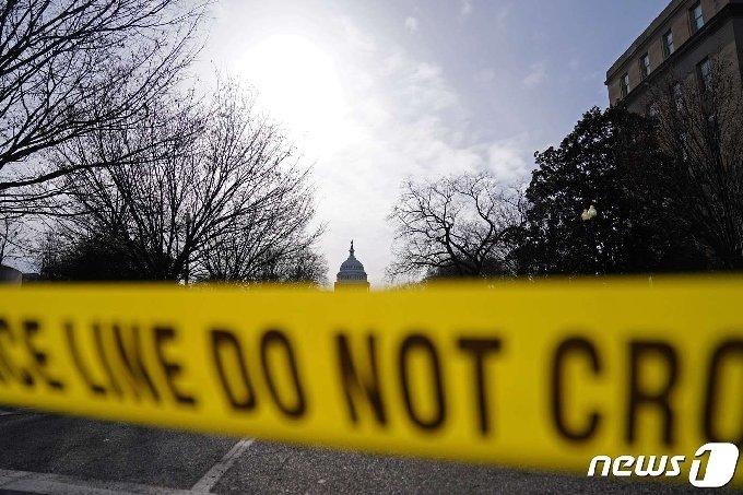 16일(현지시간) 미국 워싱턴 DC에서 경찰이 설치한 출입금지선 뒤로 연방의회사당이 보인다. © AFP=뉴스1