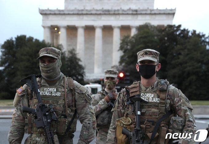16일(현지시간) 미국 플로리다 주방위군 병사들이 워싱턴DC 링컨 기념관 밖에서 경비를 서고 있다. © AFP=뉴스1