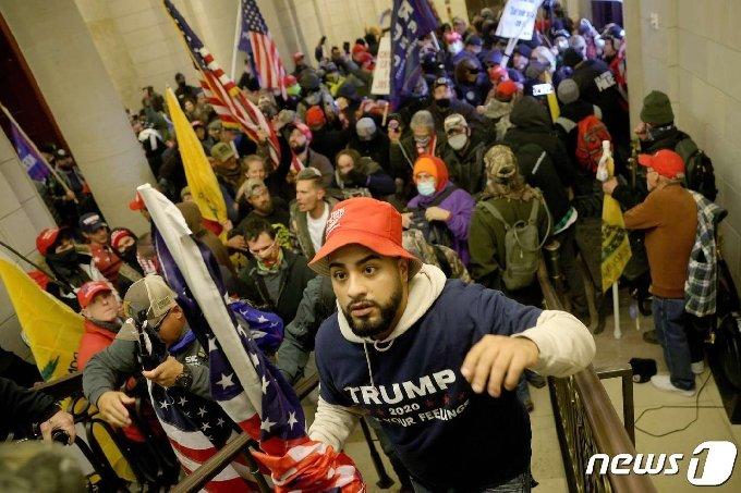 6일(현지시간) 도널드 트럼프 미국 대통령의 지지자들이 조 바이든 당선인의 승리 선언 낭독을 저지하기 위해 국회의사당에 난입을 시도하고 있다. © AFP=뉴스1 © News1 윤다혜 기자