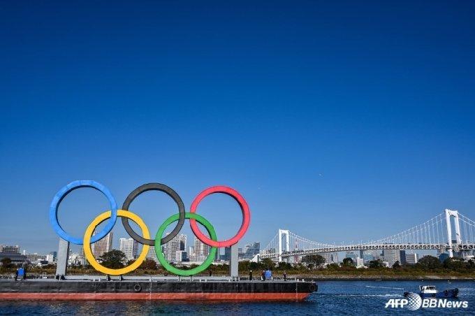근대 올림픽을 상징하는 5색 동그라미가 도쿄에 설치돼 있다. /AFPBBNews=뉴스1