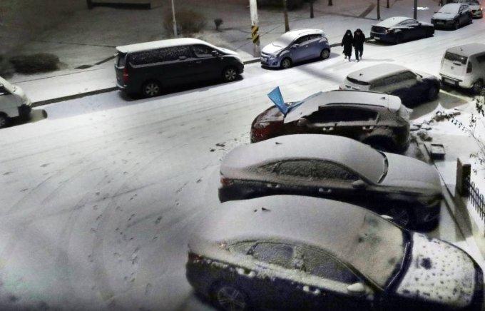 기상청이 중부지방에 많은 눈이 올 것으로 전망한 가운데 17일 밤 경기도 광명시 소하동 주택가 도로에 눈이 쌓이고 있다./사진=뉴시스