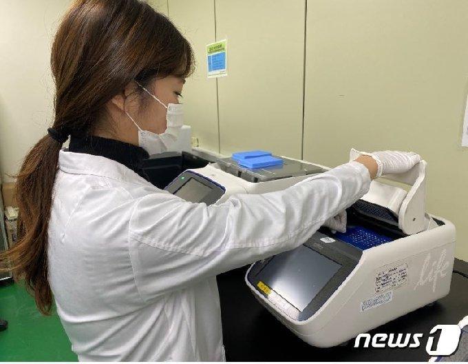 전남보건환경연구원 연구원들이 감염병에 대한 검사를 진행하고 있는 모습.(전남도 제공) 2020.1.3/뉴스1 © News1 전원 기자
