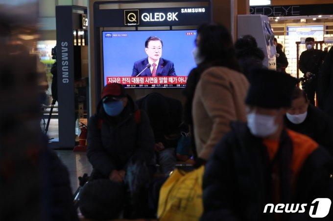 18일 서울역 대합실에서 시민들이 문재인 대통령의 신축년(辛丑年) 기자회견을 TV를 통해 지켜보고 있다. /사진=뉴스1