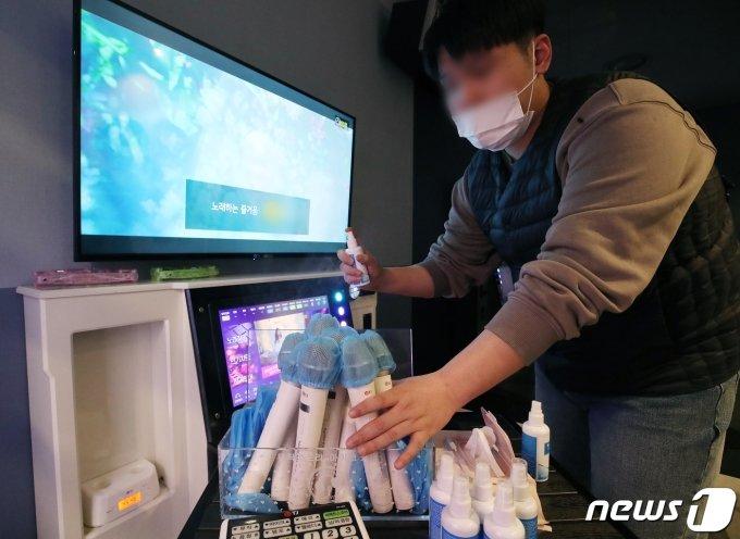 지난 17일 오후 경기 광명시의 한 코인노래방에서 점주가 영업 재개를 위해 매장을 점검하고 있는 모습./사진=뉴스1