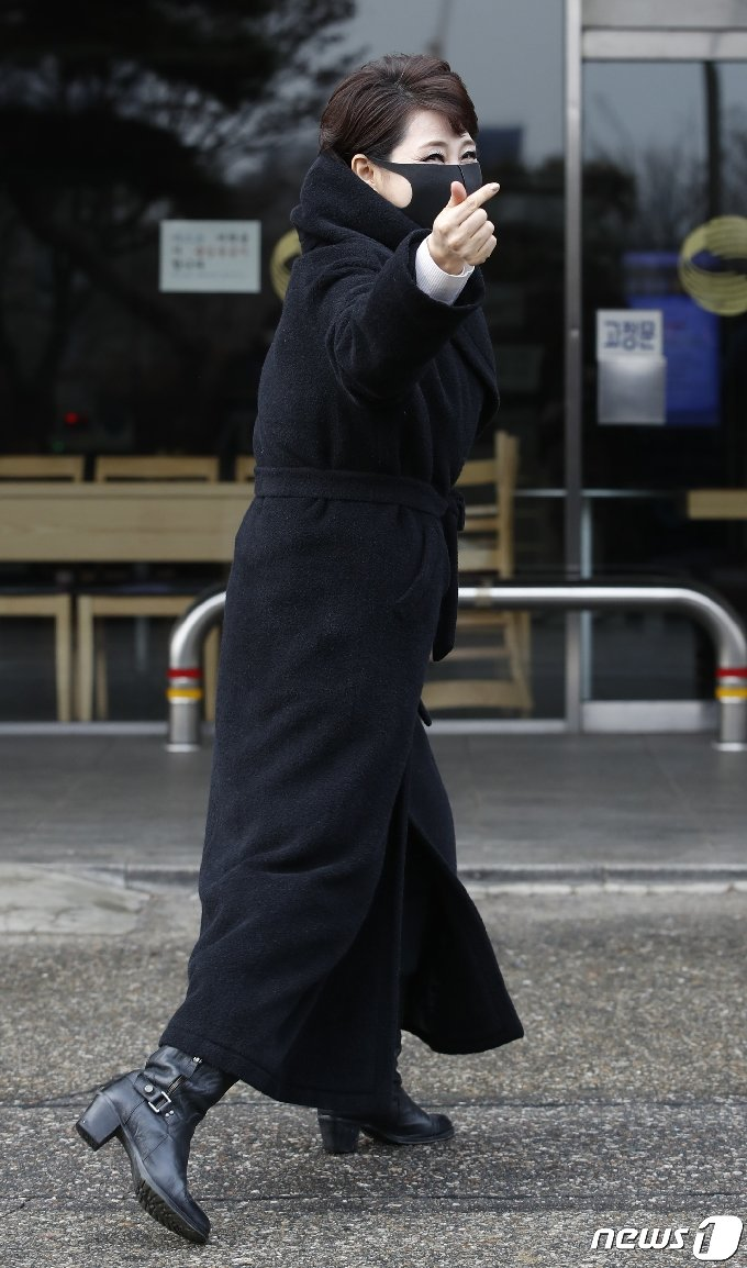 [사진] 문희옥 '하트 출근길'