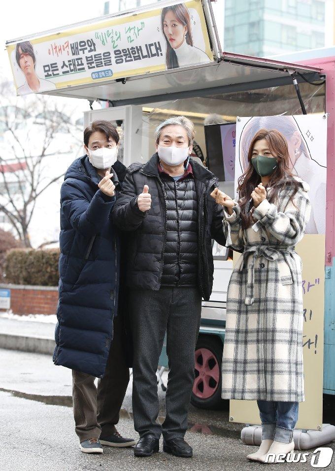 [사진] 이명호-배도환-이채영 '장혁' 커피차 앞에서 하트 뿅뿅