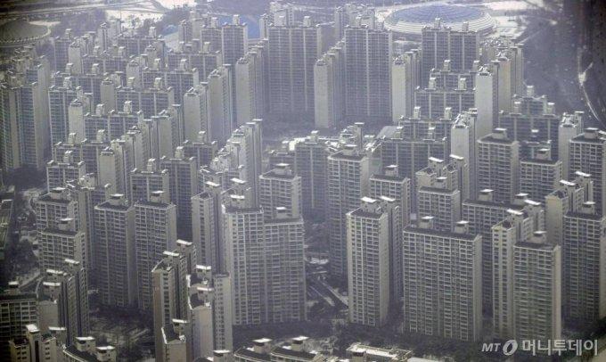 [서울=뉴시스]박미소 기자 =문재인 대통령이 신년 기자회견에서 '부동산 안정화에는 성공하지 못했다'며 공급 특별대책을 마련하겠다고 밝힌 18일 오후 서울의 한 전망대에서 서울 시내 아파트가 보이고 있다. 2021.01.18. misocamera@newsis.com