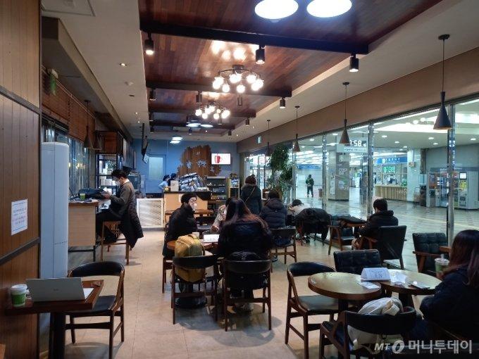 18일 오전 10시쯤 영등포역 안 프렌차이즈 카페의 모습. /사진=김성진 기자