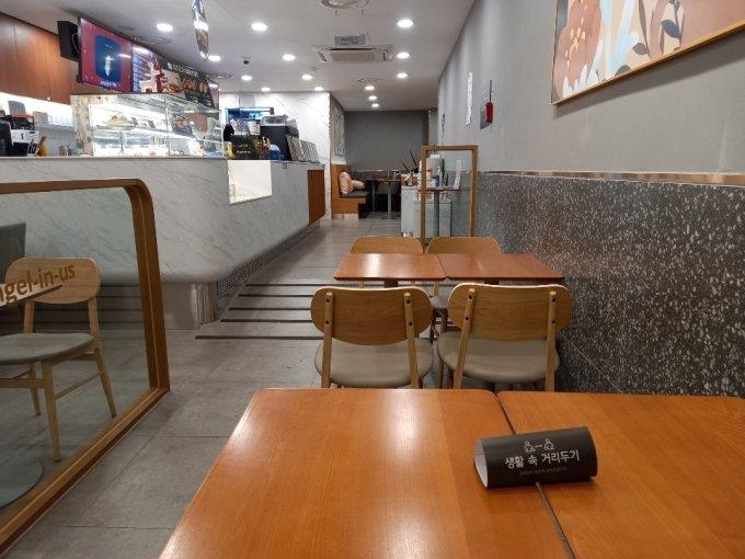 18일 오전 9시30분쯤 영등포역 안 프렌차이즈 카페. 카페 내부에 의자와 식탁이 치워져 있다./사진=김성진 기자