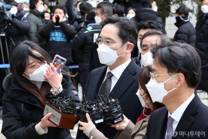 이재용 삼성전자 부회장이 18일 오후 서초구 서울고법에서 열린 국정농단 사건 파기환송심 선고 공판에 출석하고 있다. /사진=이기범 기자