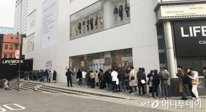 지난해 11월 유니클로 명동중앙점에 질샌더 디자이너 협업 제품인 +J 컬렉션을 구매하기 위해 고객들이 줄을 서고 있다/사진=오정은 기자