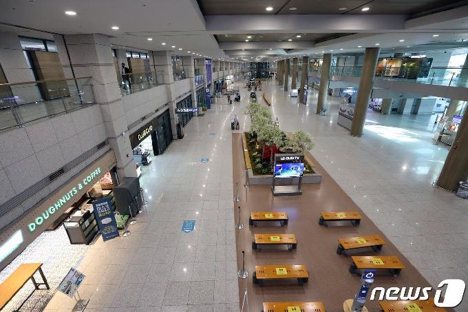 [사진] 코로나19 발병 1년 앞두고 한산한 인천국제공항