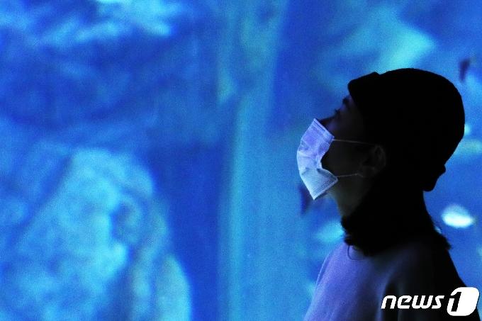 [사진] '마스크와 함께한 1년'