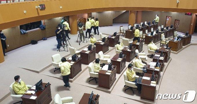 진주시의회 본회의장을 벗어나는 국민의힘·무소속 의원들. © 뉴스1