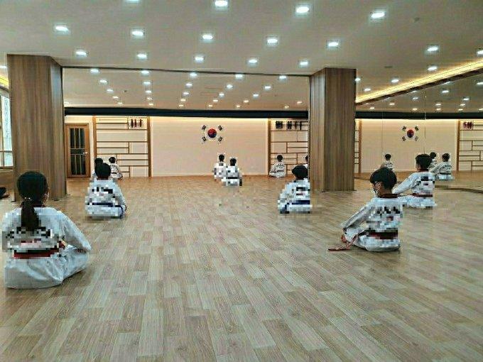 18일 오후 2시30분쯤 서울 강북구 소재 태권도장에서 관원들이 서로 거리를 두고 앉아 있는 모습. /사진=장완석 관장(47) 제공