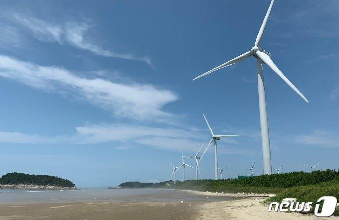 전남 신안군 자은도 해변을 따라 설치된 해상풍력발전소/뉴스1 © News1