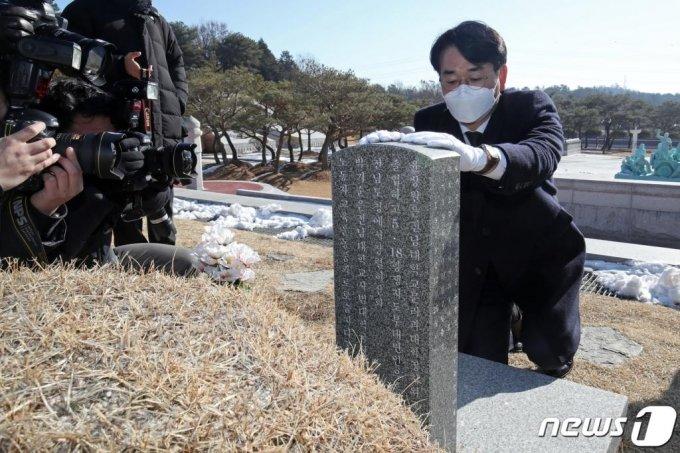 박용진 더불어민주당 의원이 20일 오전 광주 북구 국립5·18민주묘지에서 윤상원 열사 묘비를 어루만지고 있다./사진=뉴스1