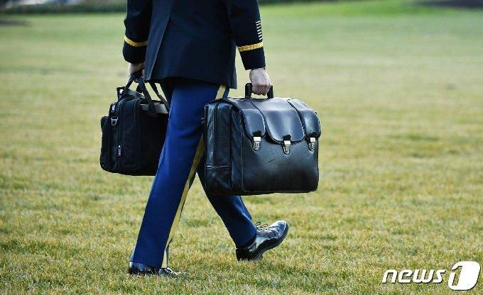 도널드 트럼프 미국 전 대통령이 소유했던 핵가방의 모습. © AFP=뉴스1