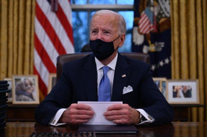 조 바이든 미국 대통령이 20일(현지시간) 백악관 집무실에서 행정명령 서명을 준비하고 있다. /사진=AFP