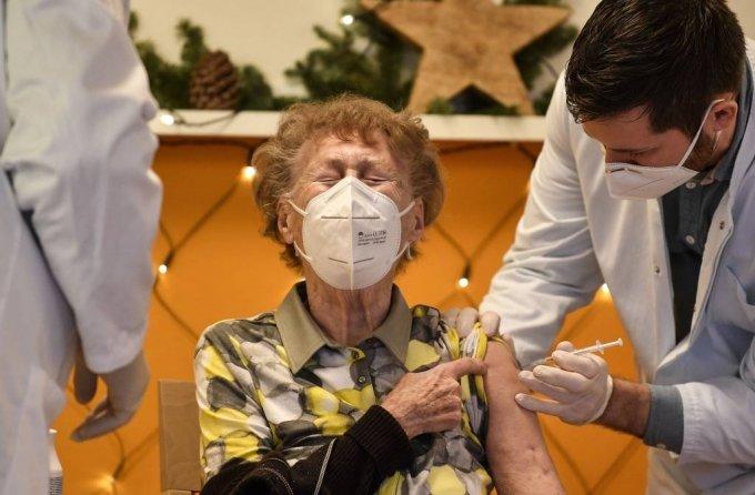 지난달 27일(현지시간) 독일 쾰른의 한 요양원에서 이곳 입주민이 코로나19 백신을 맞으면서 아픈 표정을 짓고 있다. 독일은 80세 이상의 고령자와 요양원 거주자, 근무자 등을 대상으로 백신 접종을 하고 있다. /사진=뉴스1