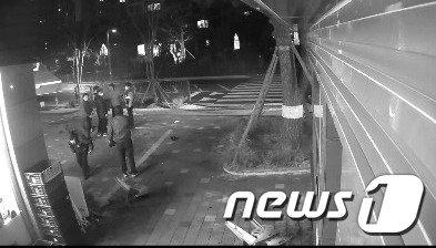 아파트 경비원 폭행 현장에 출동한 장기지구대 경찰관들의 모습./사진=뉴스1