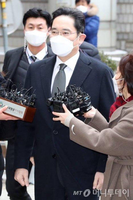 이재용 삼성전자 부회장이 18일 오후 서초구 서울고등법원에서 열리는 국정농단 사건 파기환송심 선고 공판에 출석하고 있다. / 사진=이기범 기자 leekb@