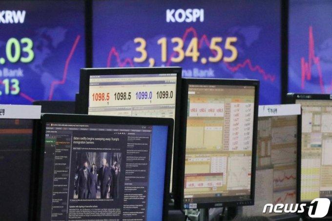 21일 오전 서울 중구 하나은행 명동점 딜링룸에서 직원이 조 바이든 미국 대통령 관련 뉴스를 모니터에 띄워놓고 업무를 하고 있다. /사진=뉴스1