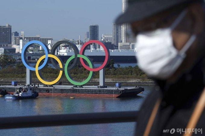[도쿄=AP/뉴시스]일본 내 코로나19 감염 사례가 증가하면서 도쿄 올림픽 개최 중단에 대한 요구가 커지는 가운데 13일 발표된 한 여론조사 결과 일본 국민의 16%만이 올림픽을 예정대로 '개최해야 한다'라고 답한 것으로 나타났다. 국제올림픽위원회(IOC)와 국내조직위원회는 올림픽의 재차 연기는 불가능하며, 취소나 강행만이 유일한 선택이라고 밝혔다. 사진은 지난해 12월 1일 도쿄의 오다이바 해상에 떠 있는 오륜 마크 모습. 2021.01.13.