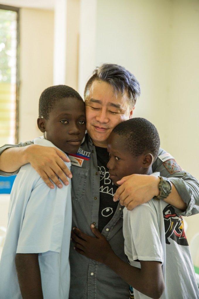 """탤런트 이광기가 아이티에서 만난 아이들. 그는 """"세상의 아이들을 내 자식처럼 돌보고 섬기겠다""""며 2년에 한번꼴로 문화예술을 통해 아이티에 방문, 나눔활동을 펼치고 있다. /사진제공=다연출판사"""
