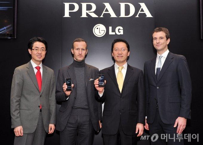 LG전자와 프라다는 2011년 12월 14일(한국시간) 3번째 협력 작품인 프라다폰 3.0(PRADA phone by LG 3.0)을 영국 런던에서 처음으로 선보였다고 밝혔다. 스테파노 칸티노 프라다 대외협력 총괄(왼쪽)과 김상식 LG전자 상무가 '프라다폰 3.0'을 소개하고 있다. / 사진제공=LG전자
