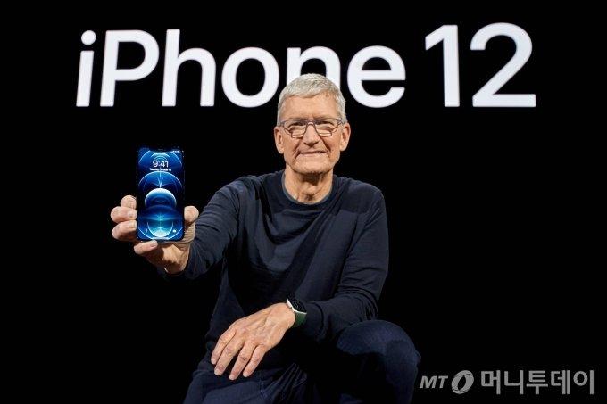 팀 쿡 애플 최고경영자가 2020년 10월 13일(현지시간) 미국 캘리포니아 주 쿠퍼티노 애플파크에서 신형 '아이폰12'를 들고 포즈를 취하고 있다. / 사진제공=로이터 뉴스1