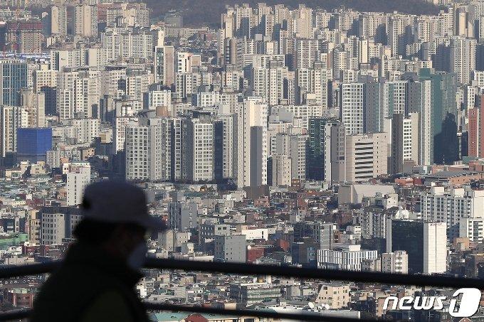 서울 중구 남산에서 바라본 도심 아파트 단지 모습. 2021.1.19/뉴스1 © News1 민경석 기자