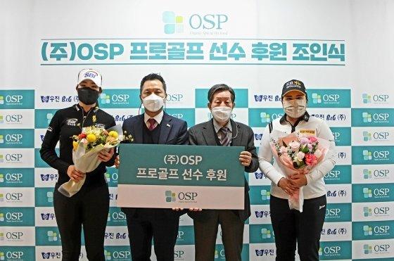 (왼쪽부터)김아림 선수, 강재구 오에스피 대표, 박인비 선수(오른쪽 첫번째)가 오에스피와 후원계약을 체결한 뒤 기념촬영을 하고 있다.