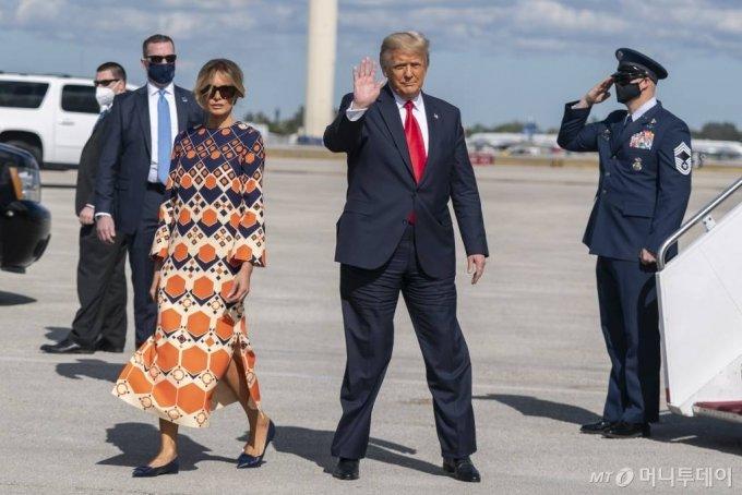 [웨스트팜비치=AP/뉴시스]도널드 트럼프 전 미국 대통령과 부인 멜라니아 트럼프가 20일(현지시간) 플로리다주 웨스트팜비치의 팜비치 국제공항에 도착해 전용기 에어포스원에서 내리고 있다. 2021.01.21.